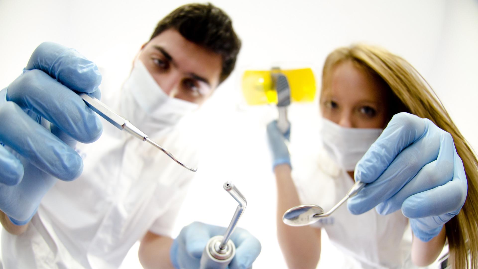 【歯医者】の4分の1が年収【200万以下】という実態に迫る
